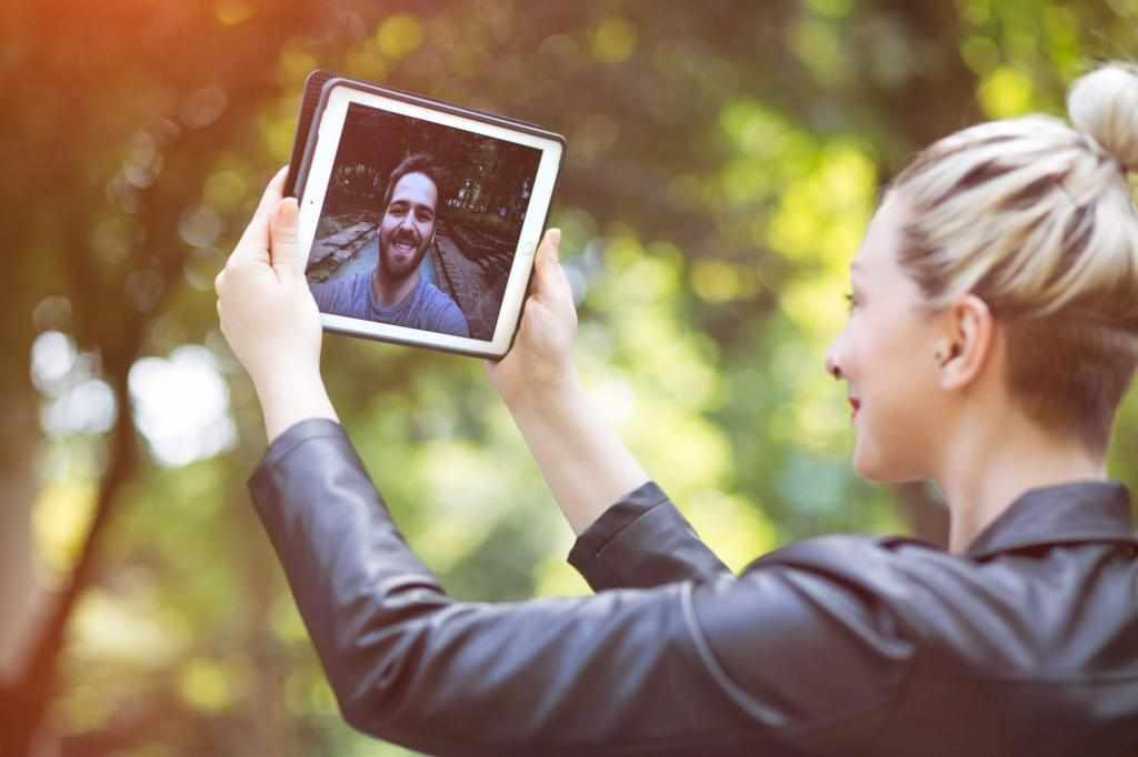 Пара разговаривает по видеосвязи