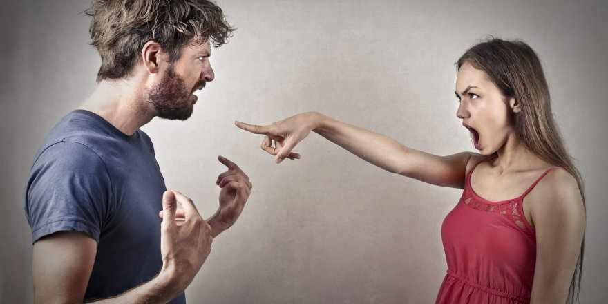 Девушка кричит на мужчину