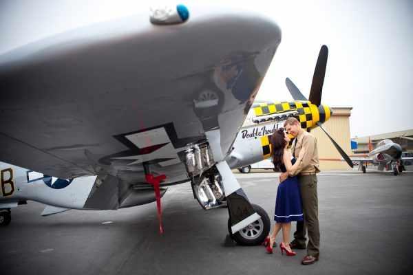 Девушка с мужчиной у самолета
